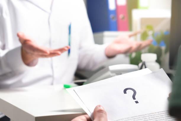 medizinisches problem. patient gesundheitswesen dokument mit fragezeichen versehen. neue oder unbekannte krankheit. kann nicht gefunden werden oder keine heilung für die krankheit. falsche diagnose. - gesundheitsfragen stock-fotos und bilder