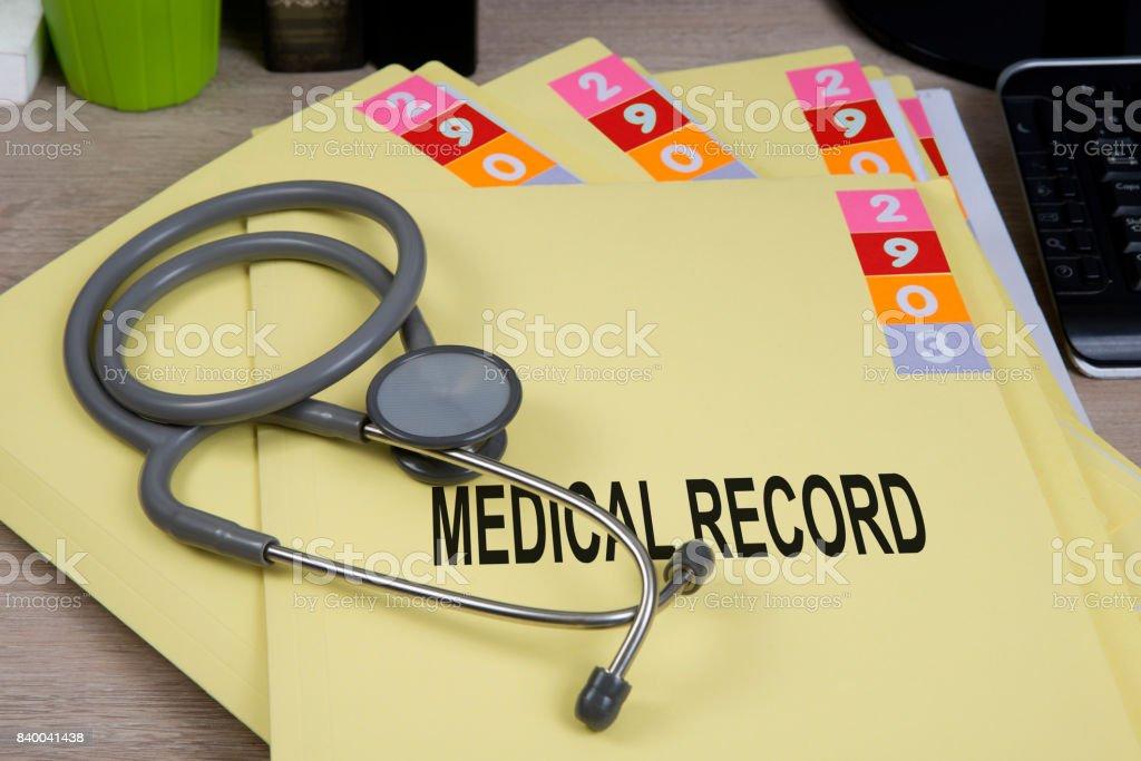 Pastas de registro médicas na mesa. - foto de acervo