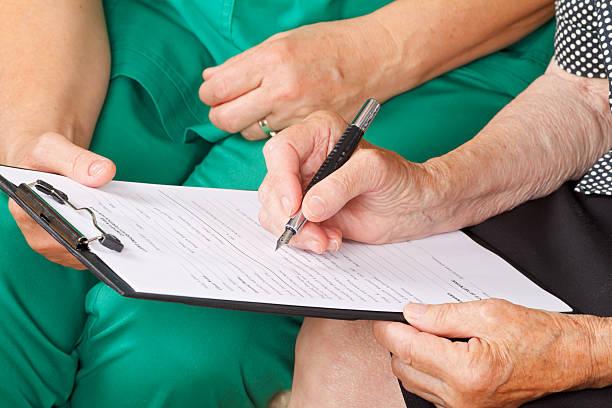 krankenakte - formular ausfüllen stock-fotos und bilder