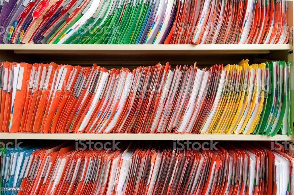 Registros médicos em uma prateleira - foto de acervo