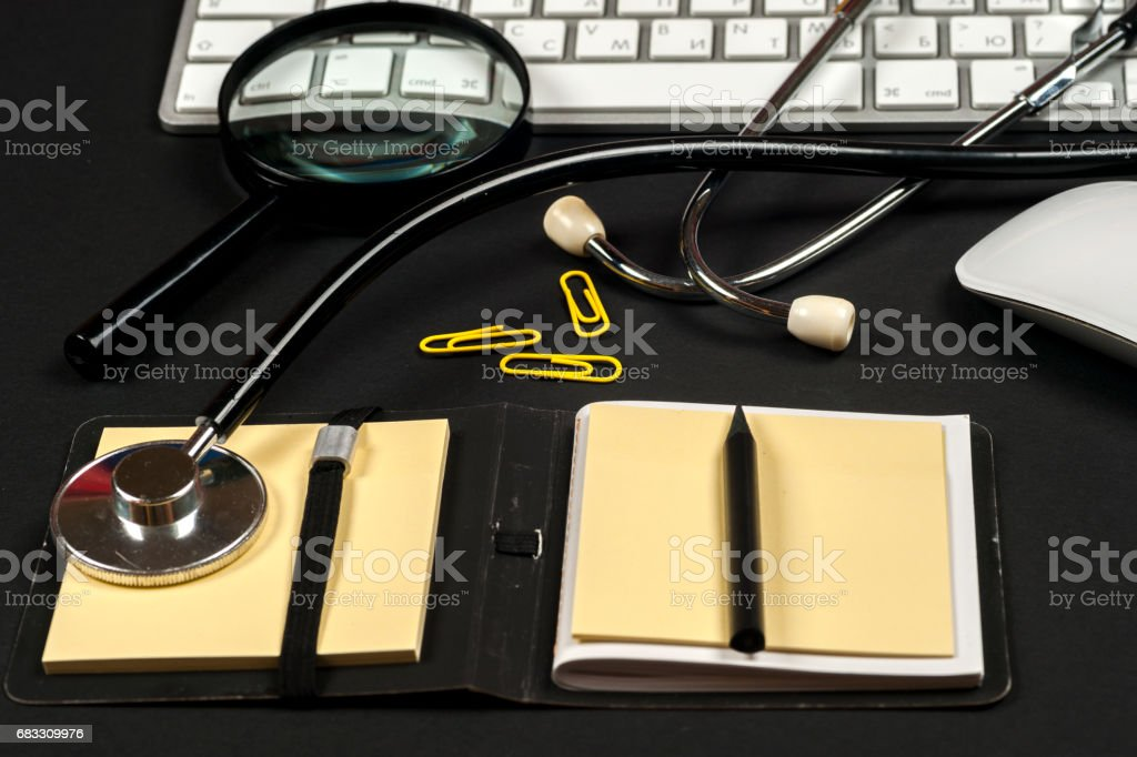 Medical report with pills and a stethoscope. foto stock royalty-free