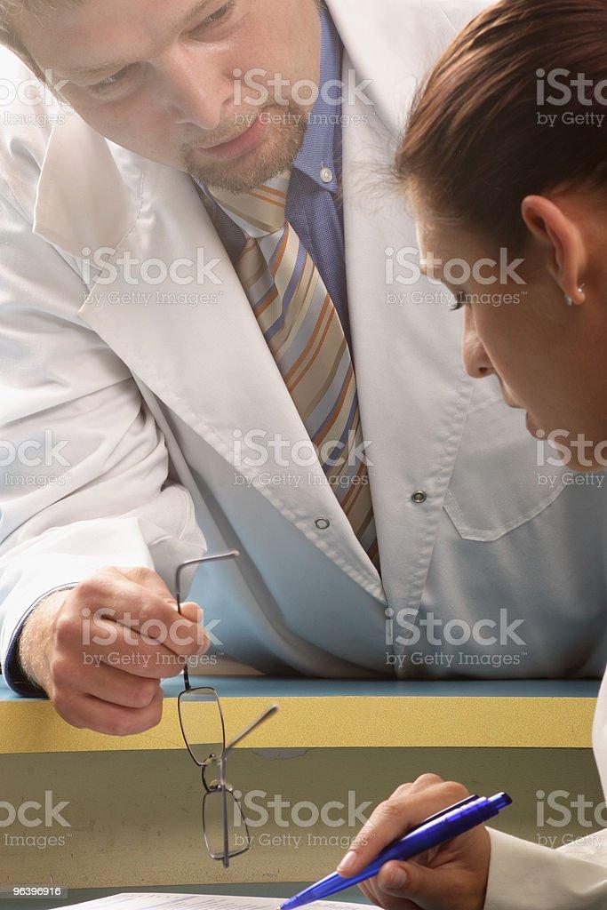 秘書および医療医師が協力する - めがねのロイヤリティフリーストックフォト