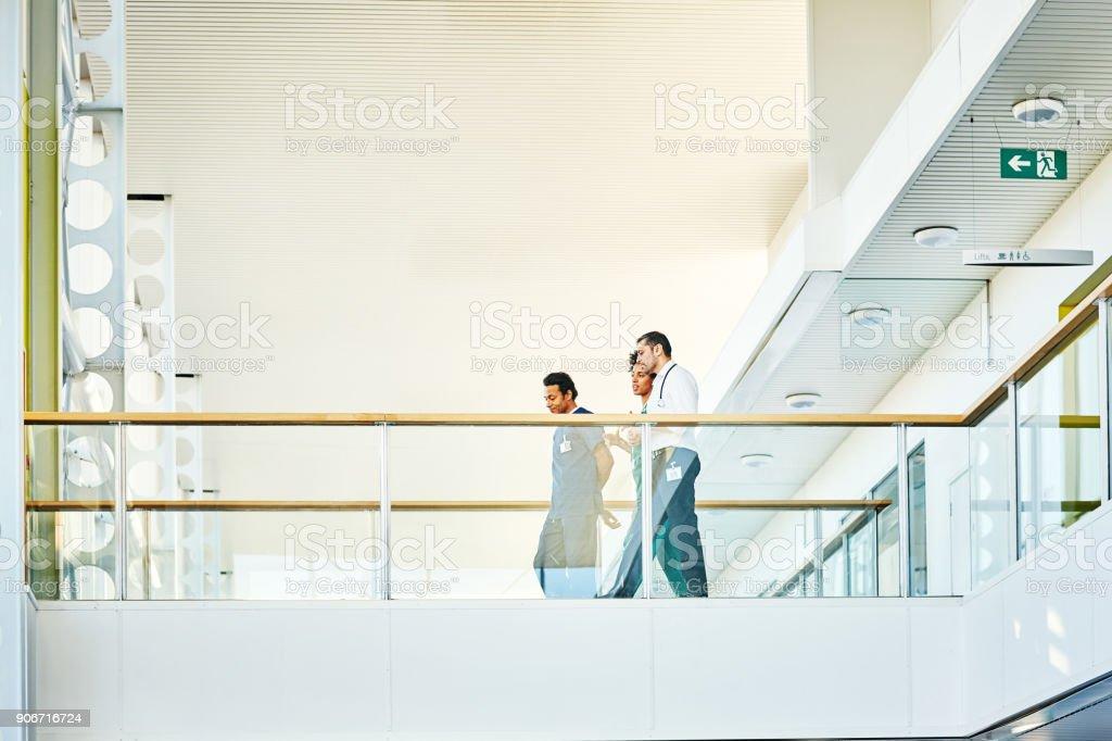 Medizinisches Personal in modernen Krankenhausgebäude - Lizenzfrei Arbeitskollege Stock-Foto