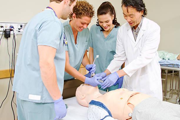 medizinisches personal training intubating kleiderpuppe - herz lungen training stock-fotos und bilder