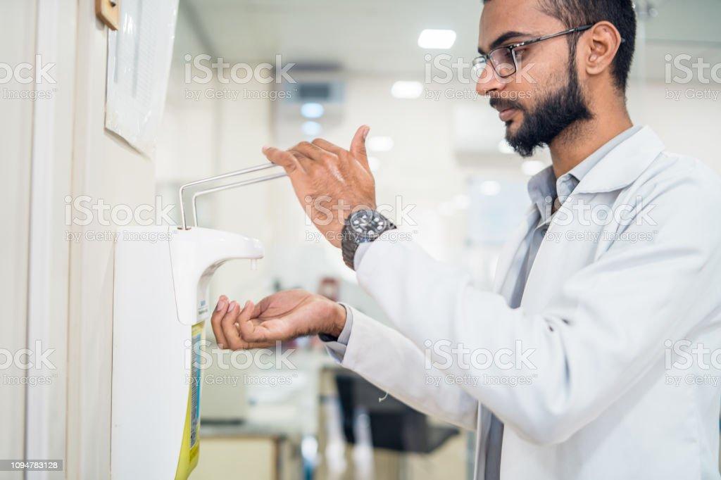 Personal médico usando desinfectante de la mano. - foto de stock