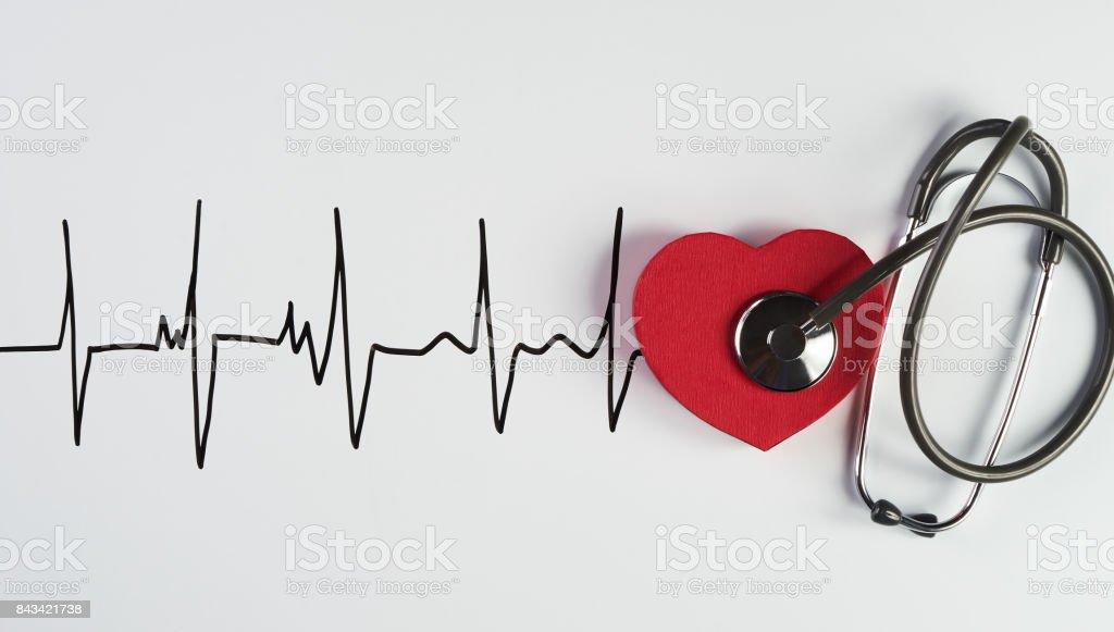 Estetoscópio médico e coração vermelho com eletrocardiograma - foto de acervo