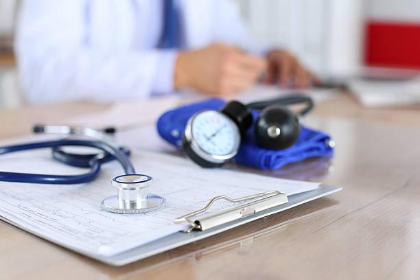 Medizinische Stethoskop auf dem Bauch liegen cardiogram Tabelle Nahaufnahme – Foto