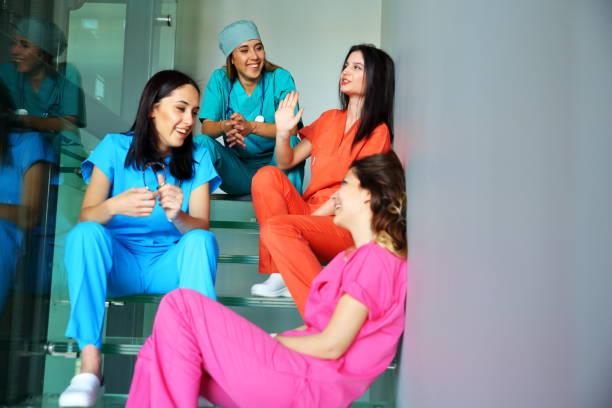 Medizinstudenten und team – Foto