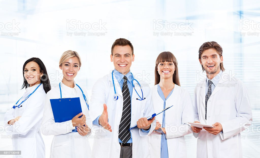 Medizinisches team Arzt Händedruck, halten hand schütteln willkommen-Geste – Foto