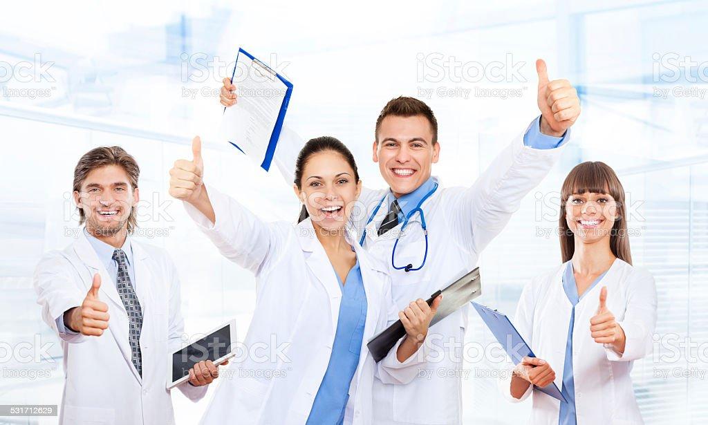 Arzt, medizinisches team glücklich lächeln halten Daumen nach oben – Foto
