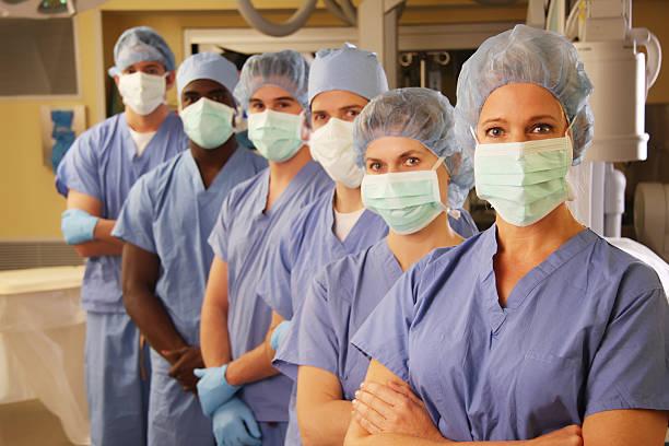 team medico in sala operatoria 2 - infermiera personale medico foto e immagini stock