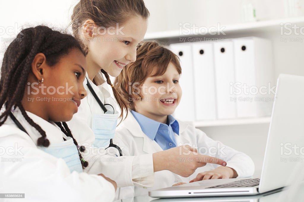 Resultado de imagen para niños médicos