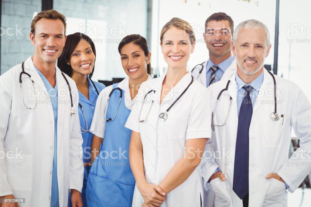 Équipe médicale souriant à l'hôpital photo libre de droits