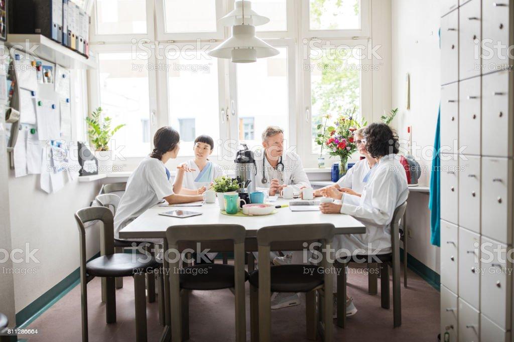 Ärzteteam unter Kaffeepause - Lizenzfrei Arbeitskollege Stock-Foto