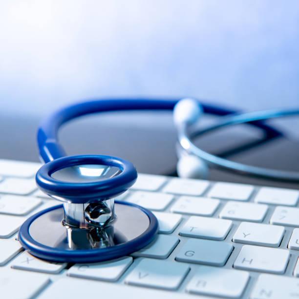 medizintechnik. stethoskop auf weißer tastatur - hack rezepte stock-fotos und bilder