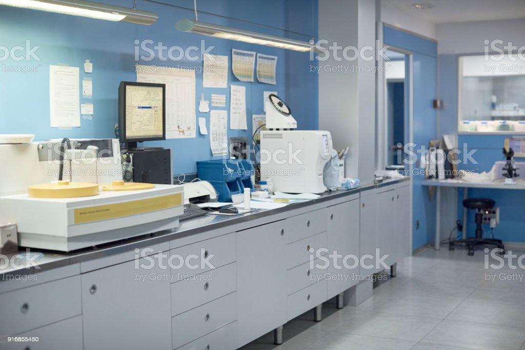 Medizinischer Testmaschine an Theke in der Tierklinik – Foto