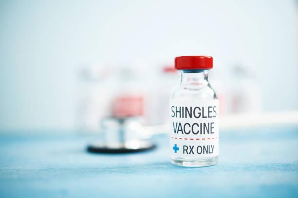 medizinische fläschchen mit gürtelrose-impfstoff - gürtelrose stock-fotos und bilder