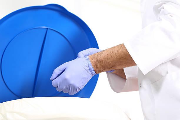 Medical waste, ein Chirurg fallen die Handschuhe in einem speziellen container – Foto
