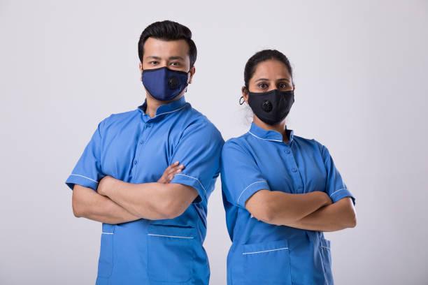 Medizinisches Personal trägt schützende Gesichtsmaske, um vor Viren zu schützen – Foto