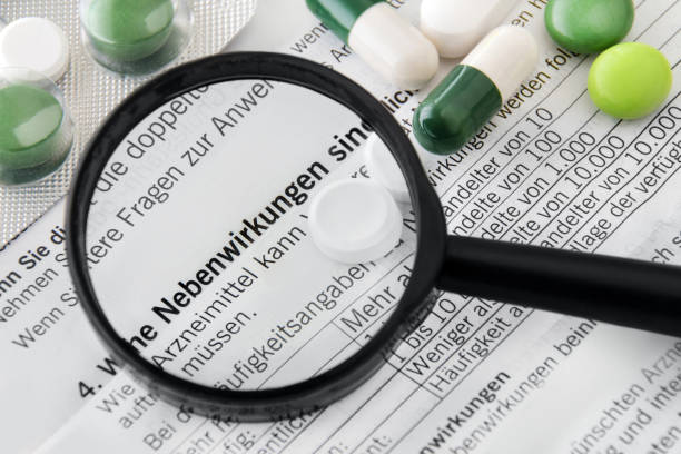 medicamentos e efeitos adversos de inserção de pacotes alemães - inserindo - fotografias e filmes do acervo