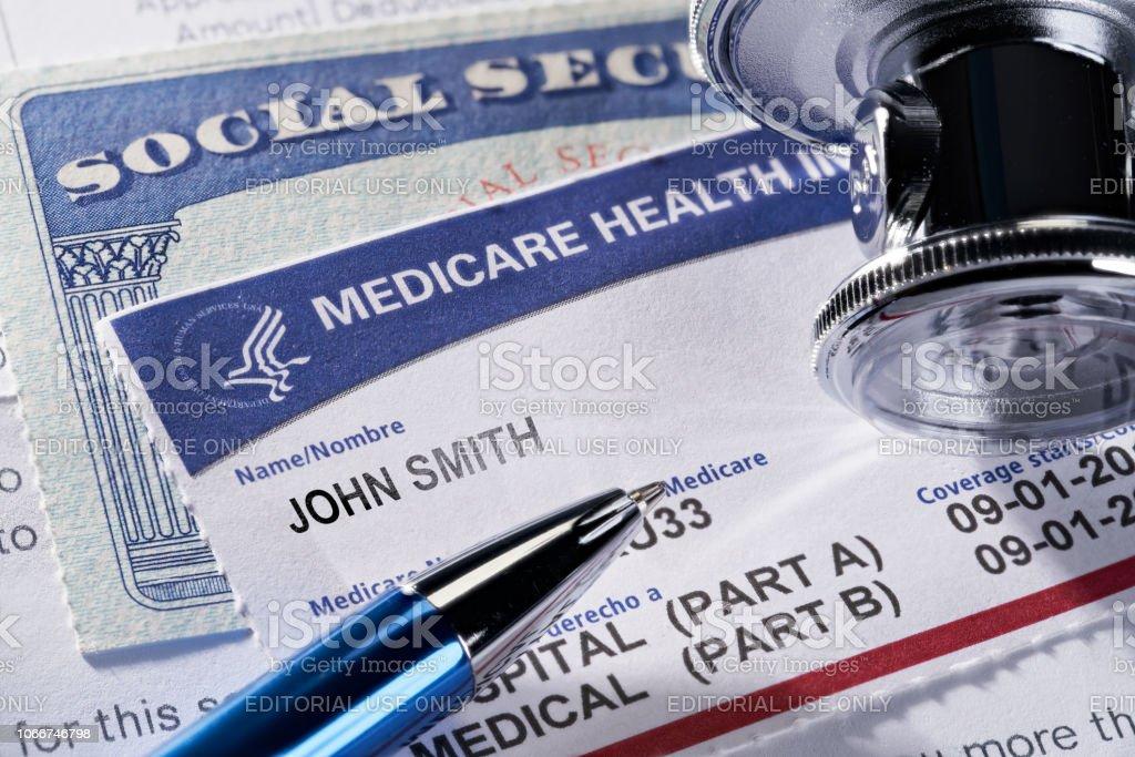 Krankenversicherung Medicare und Sozialversicherungsausweis auf ärztliches Gutachten und Stethoskop – Foto