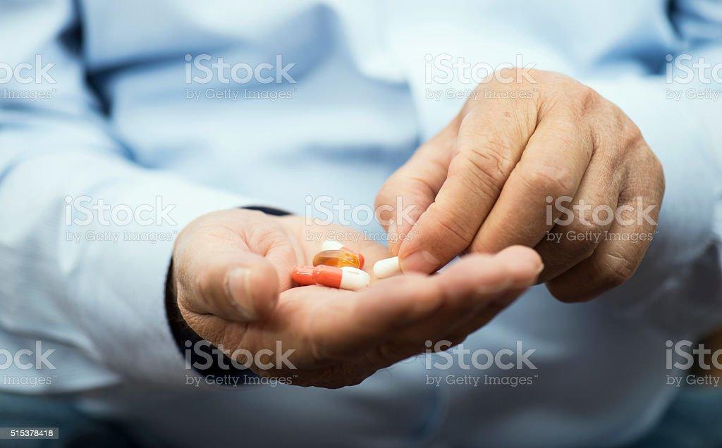 Medicamento en mano - foto de stock