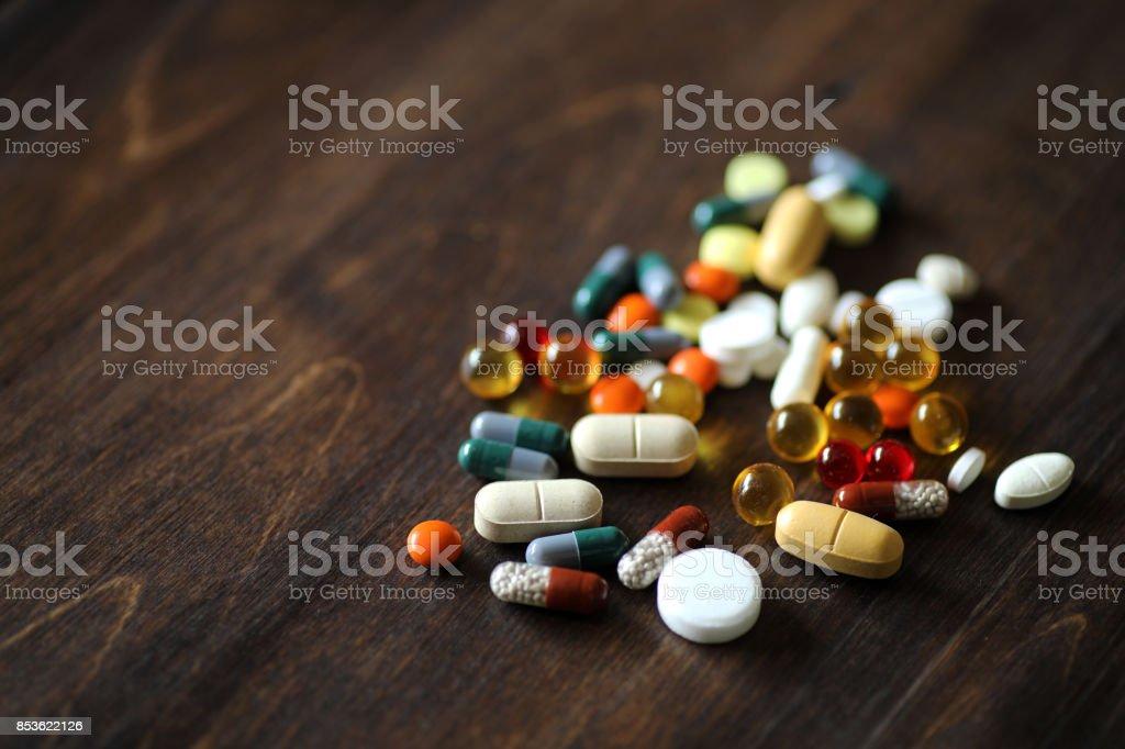 Medicamentos y comprimidos en una mesa de madera de textura foto de stock libre de derechos