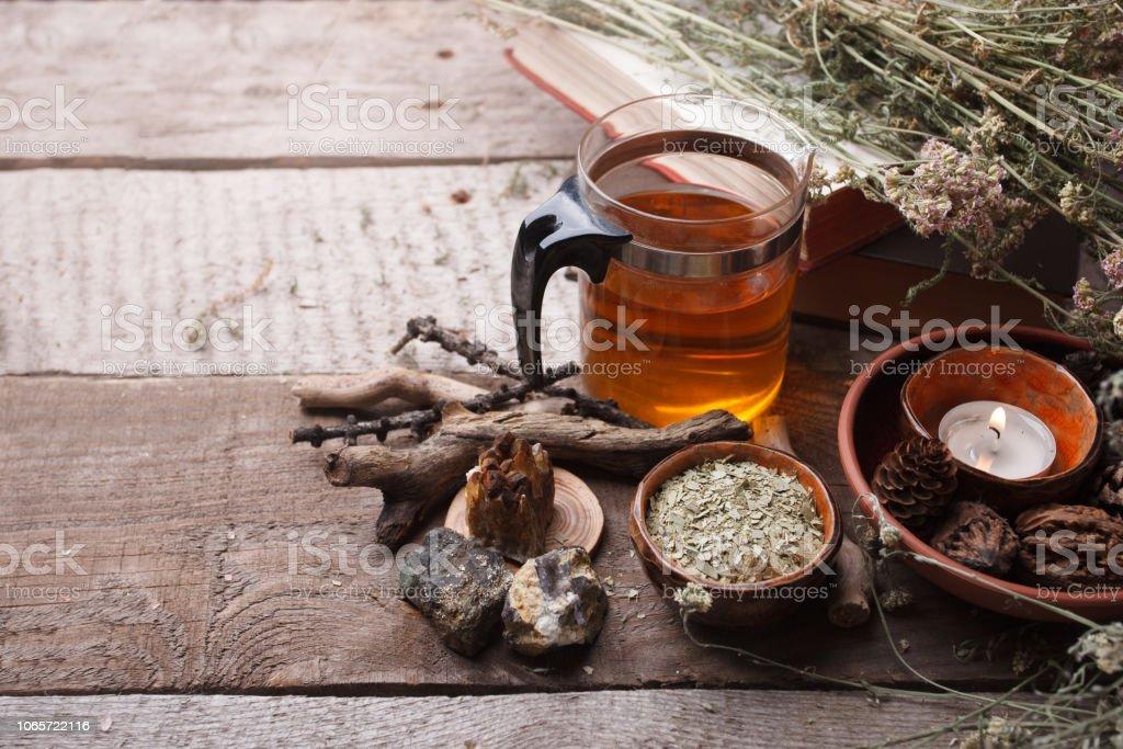 hierbas medicinales, homeopatía, flores secas, piedras y tetera de vidrio - medicina alternativa, concepto, fondo madera de relajarse, copia espacio - foto de stock