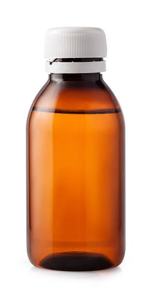 medizin-flasche braunem kunststoff isoliert auf weißer hintergrund - braunglasflaschen stock-fotos und bilder
