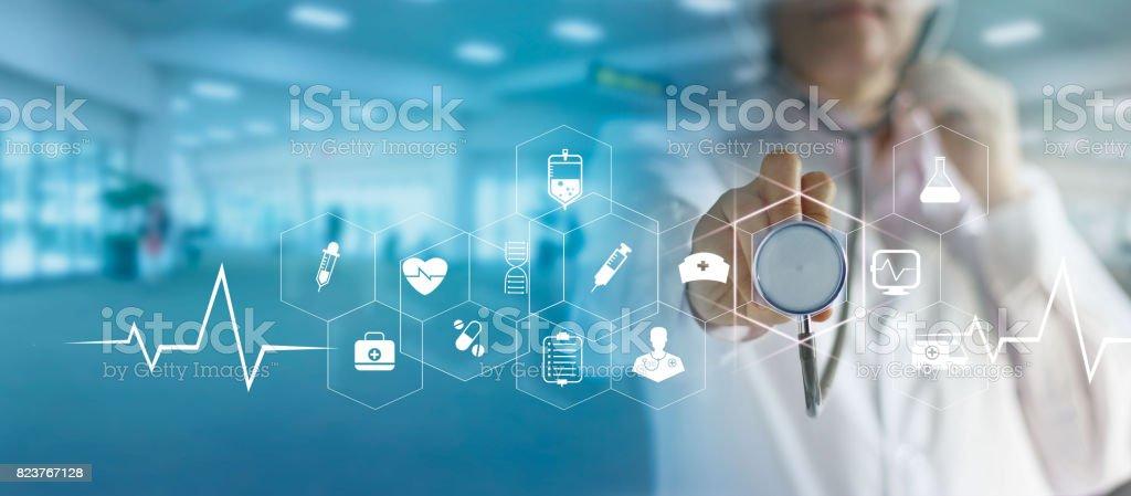 Arzt und Stethoskop Symbol medizinisches Netzwerkverbindung mit modernen virtuellen Bildschirm-Schnittstelle, Medizintechnik-Netzwerk-Konzept in der hand zu berühren Lizenzfreies stock-foto