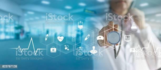 Arzt Und Stethoskop Symbol Medizinisches Netzwerkverbindung Mit Modernen Virtuellen Bildschirmschnittstelle Medizintechniknetzwerkkonzept In Der Hand Zu Berühren Stockfoto und mehr Bilder von Allgemeinarztpraxis