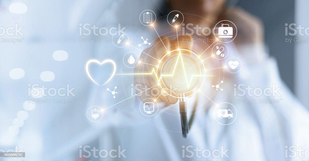 Arzt und Stethoskop Symbol medizinisches Netzwerkverbindung mit modernen virtuellen Bildschirm-Schnittstelle, Medizintechnik-Netzwerk-Konzept in der hand zu berühren - Lizenzfrei Allgemeinarztpraxis Stock-Foto