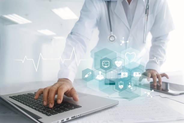 medizin arzt hand berühren laptop und tablet-computer-interface als medizinisches netzwerkverbindung mit symbol auf virtuellen bildschirm digital healthcare, moderne medizintechnik-netzwerk und innovation-konzept - austauschen stock-fotos und bilder