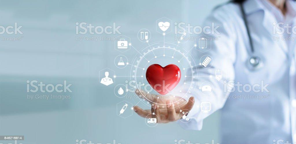 Doutor em medicina mantendo a forma de coração vermelho na mão com interface de tela virtual moderno de conexão de rede ícone médica, serviço mente e conceito de rede de tecnologia médica - foto de acervo