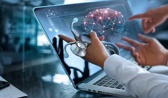 Medicine Doctor Team Meeting And Analysis Diagnose Checking Brain Testing Result With Modern Virtual Screen Interface On Laptop With Stethoscope In Hand Medical Technology Network Connection Concept — стоковые фотографии и другие картинки Анализировать