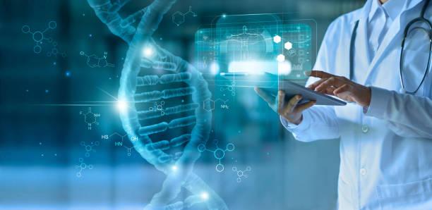 médico de medicina tocando el expediente médico electrónico en la tableta. adn. salud digital y conexión de red en la interfaz moderna de pantalla virtual holograma, tecnología médica y concepto de red. - adn fotografías e imágenes de stock
