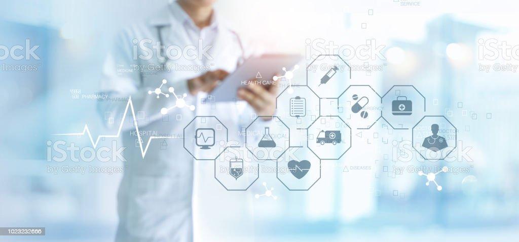 Medicine doktor med stetoskop med surfplatta och medicinska ikonen nätverksanslutning på virtuella gränssnitt i sjukhuset bakgrunden. Modern medicinsk teknik koncept. - Royaltyfri Akademikeryrke Bildbanksbilder