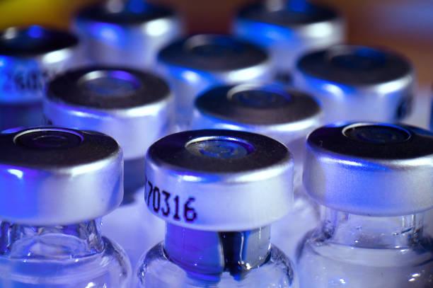 medizin-glasampullen, leere insulin flaschen - insulin stock-fotos und bilder