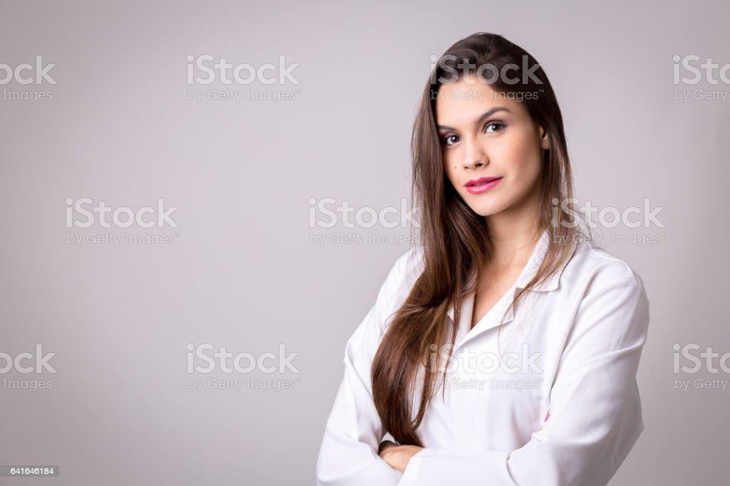 Médecine, pharmacie, santé et concept de pharmacologie, fille sur l'uniforme blanc - Photo