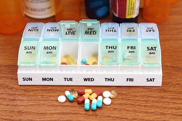 medizin tablettenschachtel tagesplan mit medikamenten - donnerstagnachmittag stock-fotos und bilder