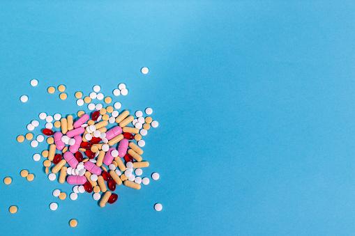 Geneeskunde Pillen Op Blauwe Achtergrond Stockfoto en meer beelden van Blauw