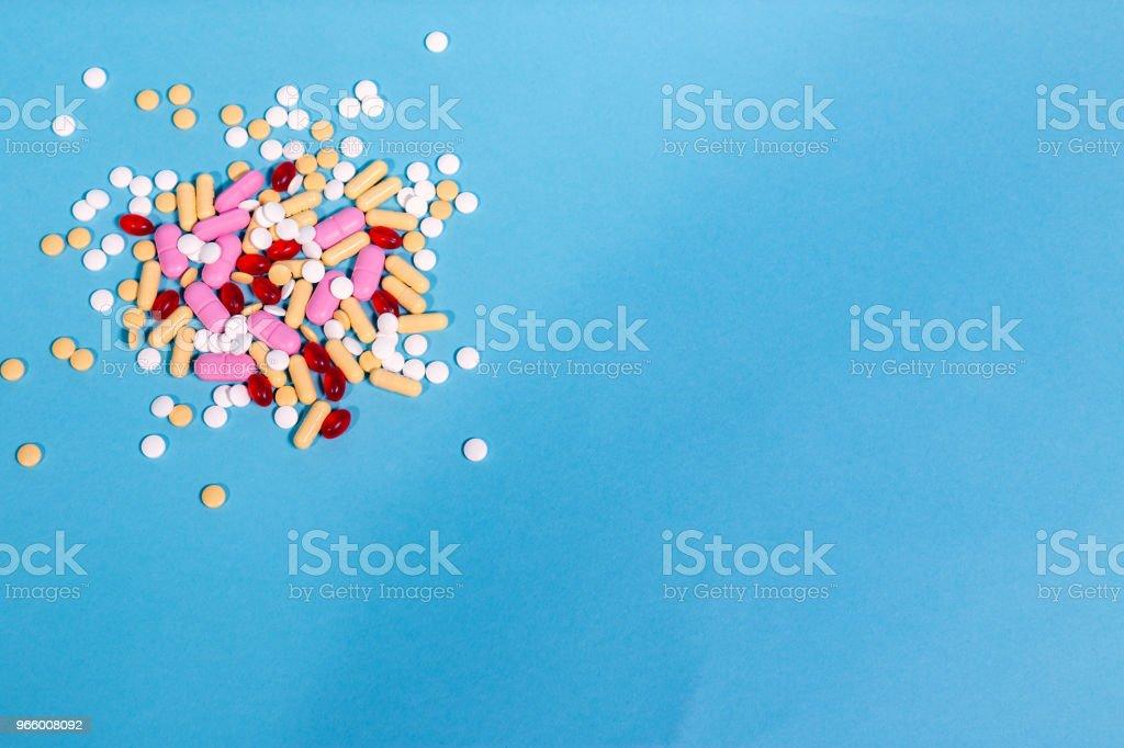 Geneeskunde pillen op blauwe achtergrond - Royalty-free Blauw Stockfoto