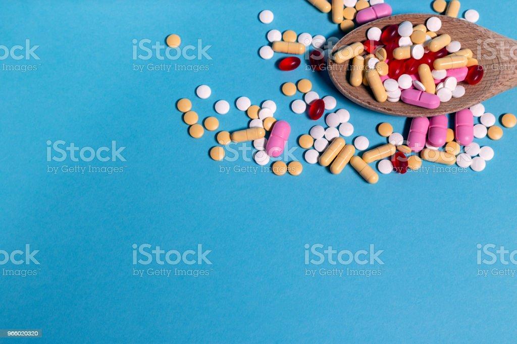 Medizin Pillen auf blauem Hintergrund - Lizenzfrei Ansicht von oben Stock-Foto
