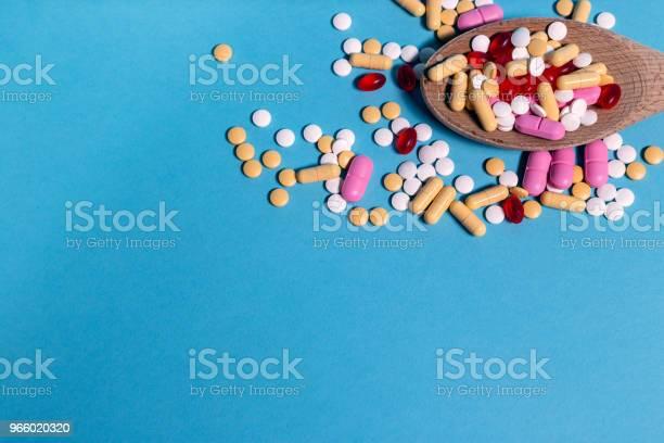 Medizin Pillen Auf Blauem Hintergrund Stockfoto und mehr Bilder von Ansicht von oben