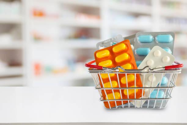 薬局ドラッグ ストアの棚で買い物かごに薬錠剤パッケージの背景をぼかし - 医薬品 ストックフォトと画像
