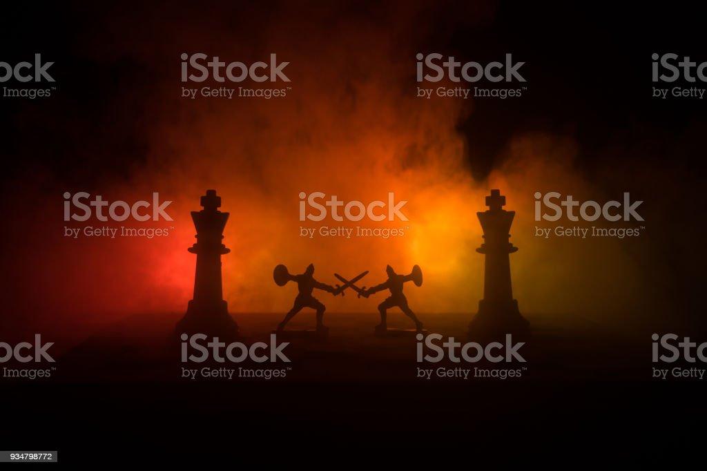 기병대와 보병 체스판에 중세 전투 장면. 체스 보드 게임 개념 사업 아이디어와 경쟁 전략 아이디어의 체스 어두운 배경에 인물. 선택적 초점 - 로열티 프리 The Crusades 스톡 사진