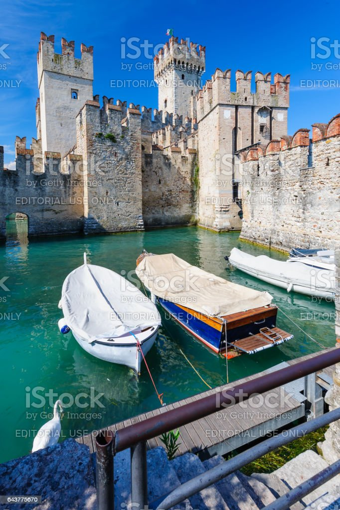 Medieval castle Scaliger in old town Sirmione on lake Lago di Garda, northern Italy - foto stock