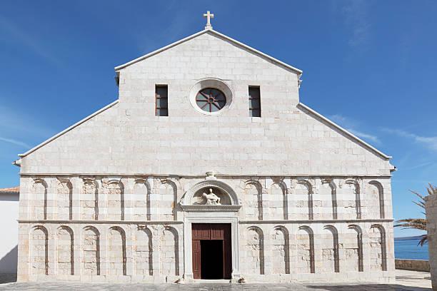Mittelalterliche Kirche Blick auf die Fassade gegen blauen Himmel Rab Kroatien – Foto