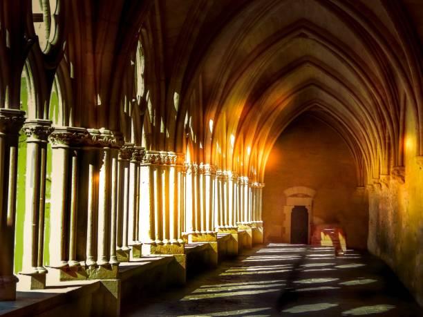 lumières médiévales d'arc de colonnes - josianne toubeix photos et images de collection