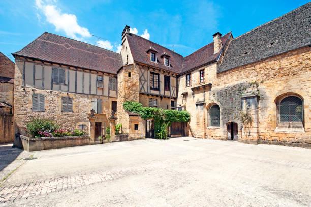 中世風の中庭、サルラ、ドルドーニュ県、フランス - 広場 ストックフォトと画像